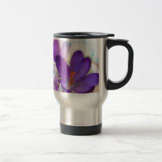 Arreglo floral del azafrán y del lirio de los taza de viaje