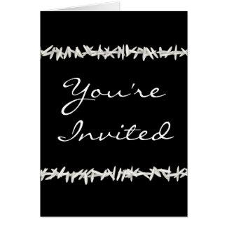 Arroz blanco en la invitación negra del boda felicitación