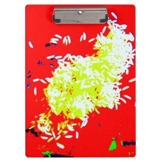 Arroz feliz en el tablero rojo carpeta de pinza