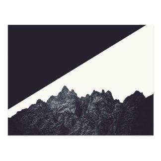 Arte blanco y negro moderno de la montaña rocosa postal