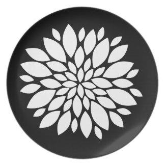 Arte bonito de los pétalos de la flor blanca en ne plato