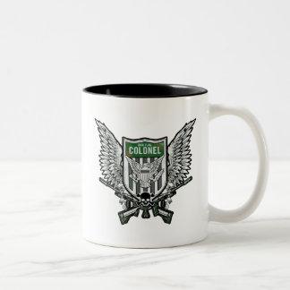Arte con alas bandera del tatuaje del escudo del taza de café de dos colores