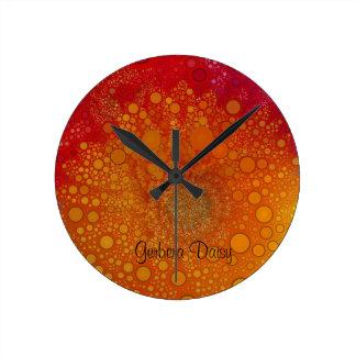 Arte pop anaranjado rojo de la margarita del reloj redondo mediano
