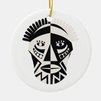 Arte popular primitivo de la máscara africana ornato
