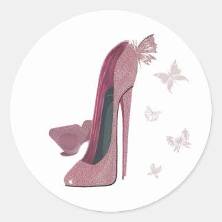 Arte rosado de los zapatos y de la mariposa del pegatina redonda