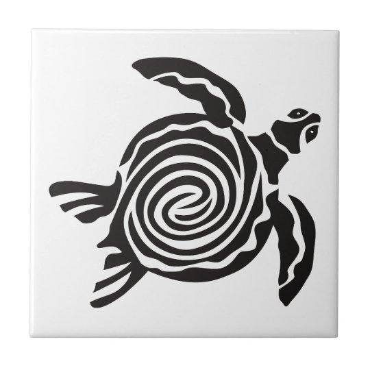 Arte tribal blanco y negro de la tortuga azulejo cuadrado pequeño