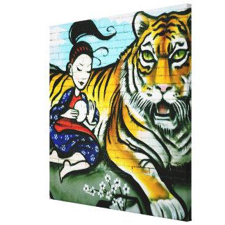 Arte urbano de la calle de la pintada del geisha y