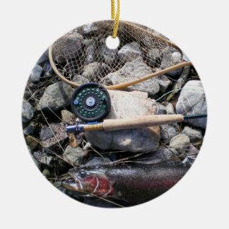 Artes de pesca y pescados en orilla adorno navideño redondo de cerámica