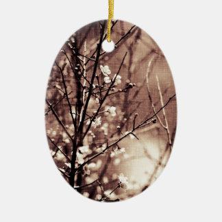 Artículo oscuro del flor del albaricoque adorno navideño ovalado de cerámica