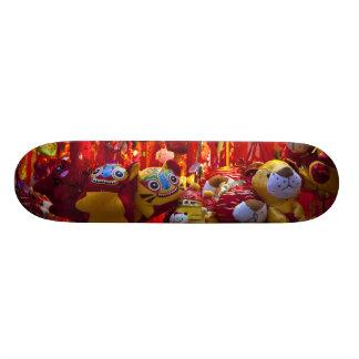 Artículos coloridos para la venta en una tienda en monopatín 21,6 cm