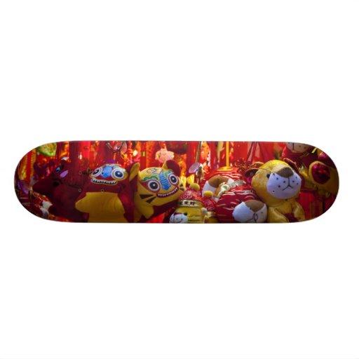 Artículos coloridos para la venta en una tienda en tablas de skate