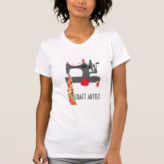 Artista del arte con la máquina de coser del camiseta