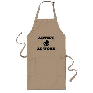 Artista en el delantal del artista del trabajo