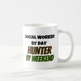 Asistente social del cazador del día por fin de taza de café