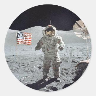 Astronauta del Moonwalk… con la bandera americana Pegatina Redonda