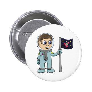 Astronauta feliz del dibujo animado que sostiene l chapa redonda 5 cm