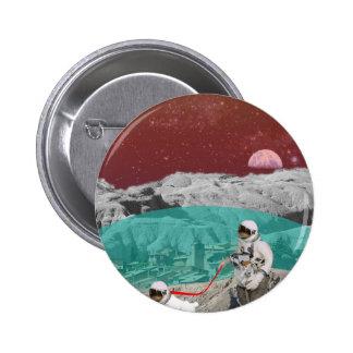 Astronauta lunar de la colonia con el perro pin