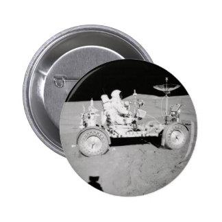 Astronauta que conduce el Lander lunar en la luna Chapa Redonda De 5 Cm