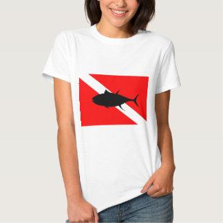 Atún de la bandera de la zambullida camisetas
