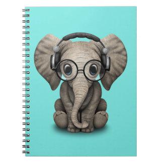 Auriculares que llevan y vidrio de DJ del elefante Cuaderno