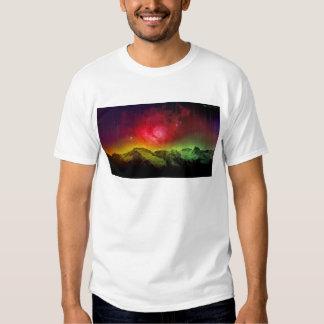 Aurora rosada Borealis del flor sobre una montaña Camisas