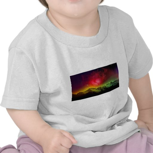 Aurora rosada Borealis del flor sobre una montaña  Camisetas