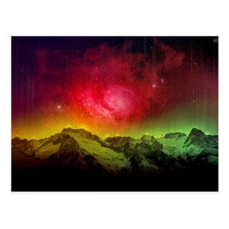 Aurora rosada Borealis del flor sobre una montaña Postal