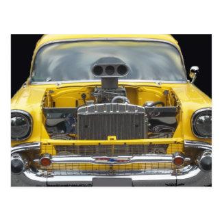 auto amarillo clásico de los años 50 con el postal