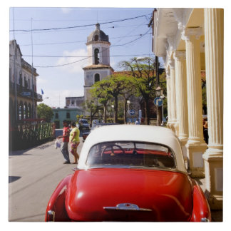 Auto americano clásico viejo en Guanabacoa una ciu Azulejo