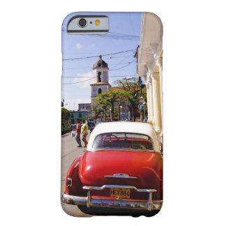 Auto americano clásico viejo en Guanabacoa una Funda De iPhone 6 Barely There