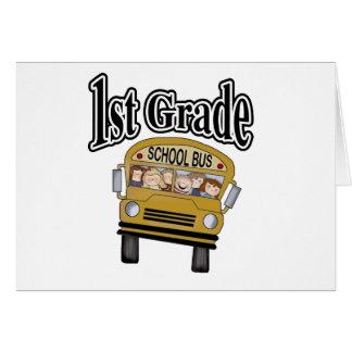 Autobús escolar con el 1r grado de los niños tarjeta de felicitación