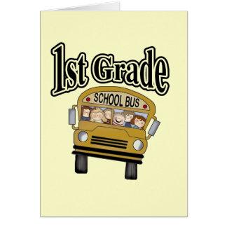 Autobús escolar con las 1ras camisetas y regalos d tarjeta de felicitación