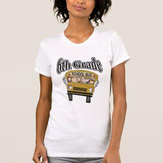 Autobús escolar con las 6tas camisetas y regalos
