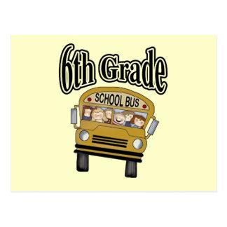 Autobús escolar con las 6tas camisetas y regalos postal