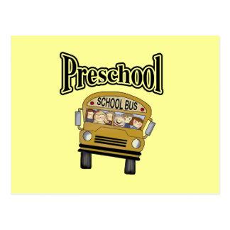 Autobús escolar con los niños preescolares tarjetas postales