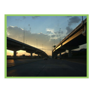 Autopista hermosa de Omaha con los puentes Postal