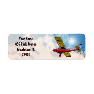 Aviones personales amarillos azules rojos con su etiqueta de remitente