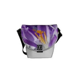 Azafrán violeta de la primavera bolsa de mensajería