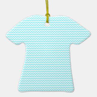 Azul blanco y eléctrico del zigzag - adorno de cerámica en forma de camiseta