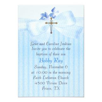 Azul con la invitación del bautismo del muchacho
