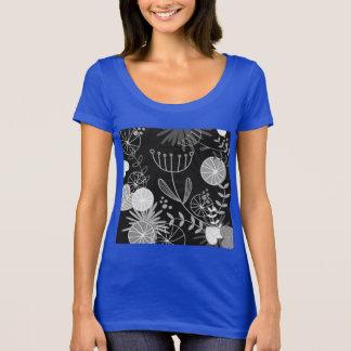 Azul de la camiseta con los ornamentos populares