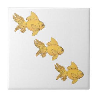 Azulejo 3 pescados del oro que nadan el modelo simple -