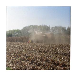 Azulejo Cosecha del maíz de la cosecha mecanizada en campo