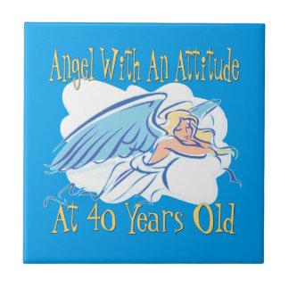 Azulejo De Cerámica 40.o Ángel del cumpleaños con una actitud
