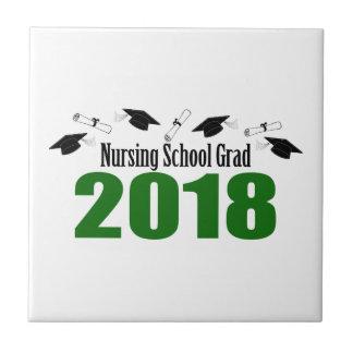Azulejo De Cerámica Casquillos y diplomas (verde) del graduado 2018 de