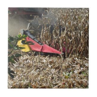 Azulejo De Cerámica Cosecha del maíz de la cosecha mecanizada en campo