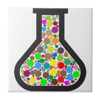 Azulejo De Cerámica Cubilete con las sustancias químicas del arco iris