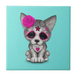 Azulejo De Cerámica Día rosado del lobo Cub muerto