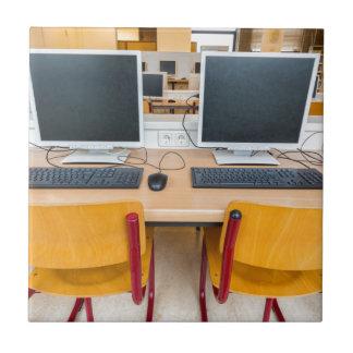 Azulejo De Cerámica Dos ordenadores en sala de clase en High School