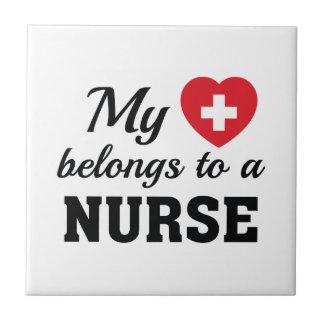 Azulejo De Cerámica El corazón pertenece enfermera